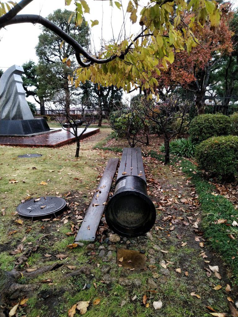 水道を利用したベンチ