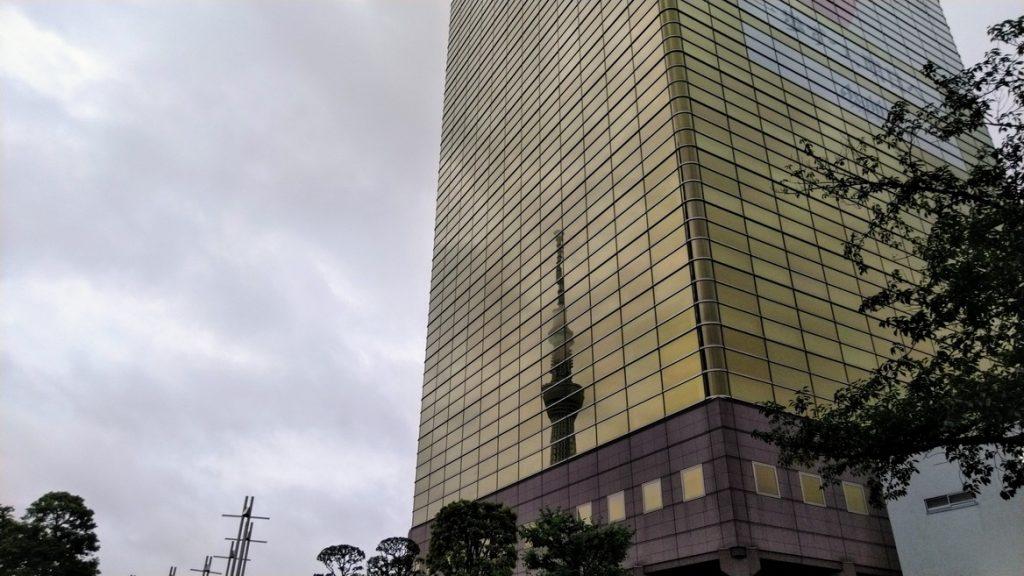 アサヒ本社ビルに映るスカイツリー